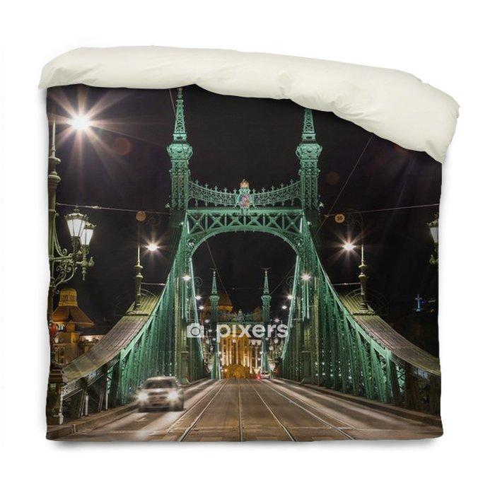 Funda de edredón Puente de la libertad, noche, budapest, hungría. 29 de diciembre de 2017 - Construcciones y arquitectura
