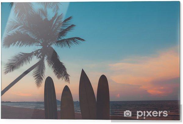 Glasbild Silhouette Surfbrett am tropischen Strand bei Sonnenuntergang im Sommer. Meerblick des Sommerstrandes und der Palme bei Sonnenuntergang. Vintage-Farbton - Sport