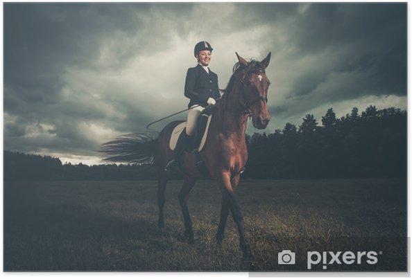 Kaunis tyttö istuu hevosella ulkona vastaan moody taivas Juliste - Toimiala