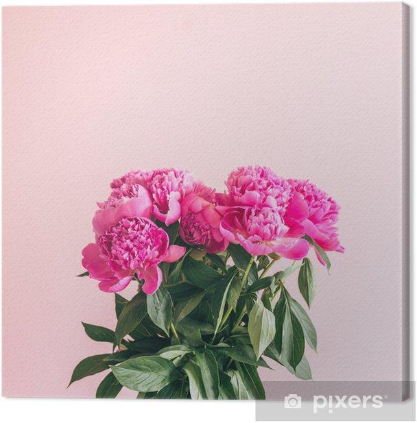 Kimppu ihastuttavia pioniita vaaleanpunaisella taustalla. Kangaskuva - Kasvit Ja Kukat