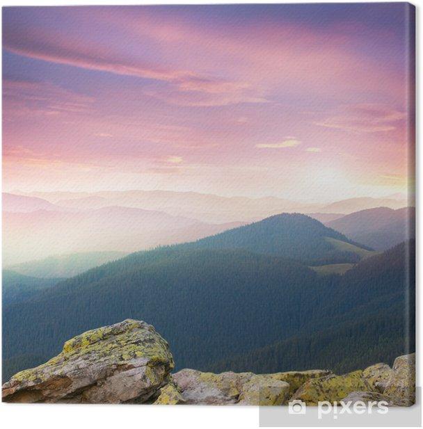 Punainen majesteettinen auringonnousu vuoristossa Kangaskuva - Vuodenajat