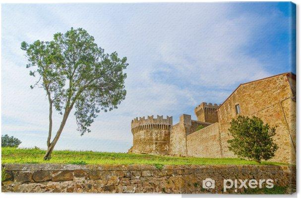 Leinwandbild Baum im mittelalterlichen Dorf Populonia Wahrzeichen. Toskana, Italien. - Europa