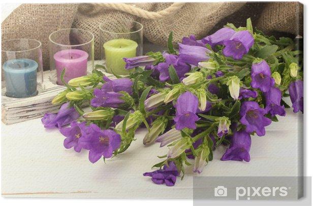 Leinwandbild Blue Bell Blumen, Kerzen und Sackleinen auf weißem Holz - Blumen