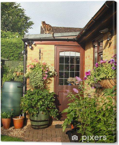 Leinwandbild Blühende Körbe und Pflanzgefäße in einem englischen Back Garden - Haus und Garten