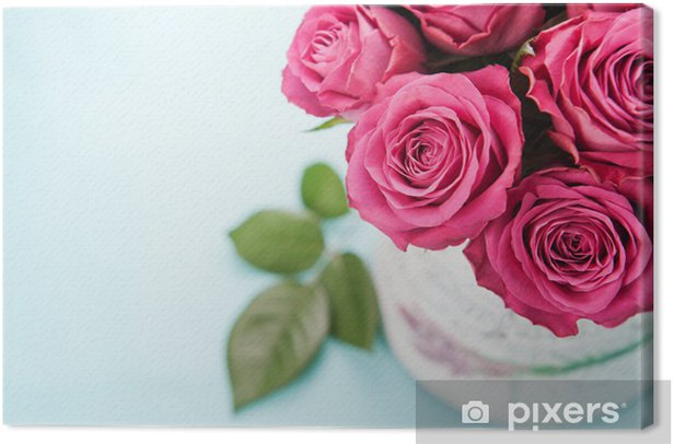 Leinwandbild Blumenstrauß der schönen rosa Rosen auf hellblauem Hintergrund. - Feste