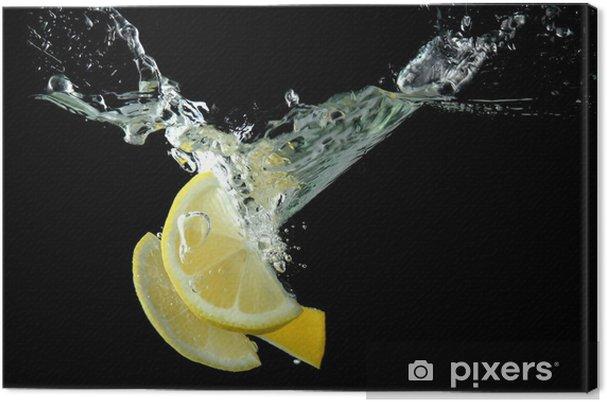 Leinwandbild Geschnittene Zitrone im Wasser auf schwarzem Hintergrund - Früchte