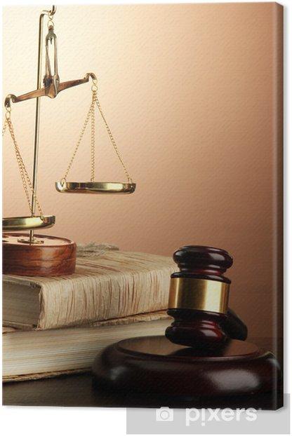 Leinwandbild Goldene Waage der Gerechtigkeit, Hammer und Bücher auf braunem Hintergrund - Andere Objekte