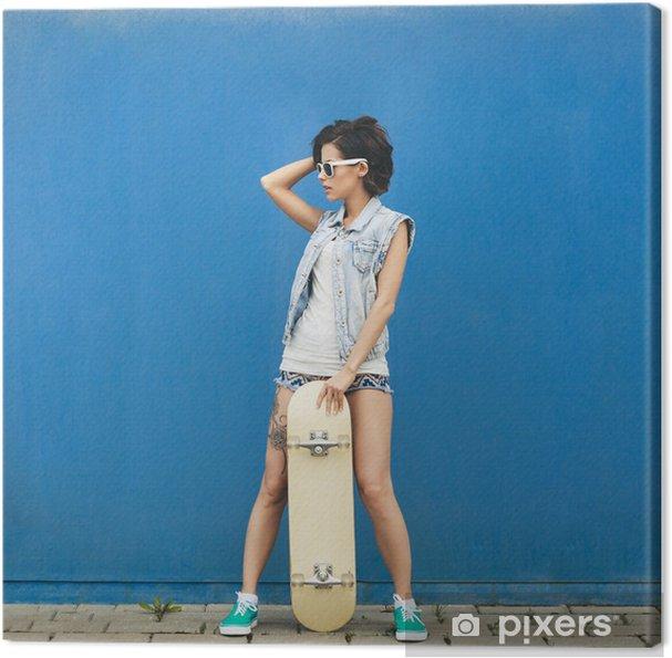 c9d1431a2cdf2d Leinwandbild Junge Brünette Frau posiert mit Skateboard • Pixers ...