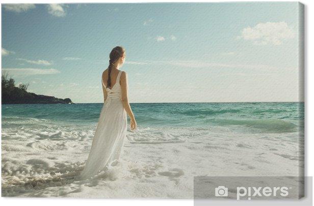 Leinwandbild Junge Frau, die in Meereswellen - Urlaub