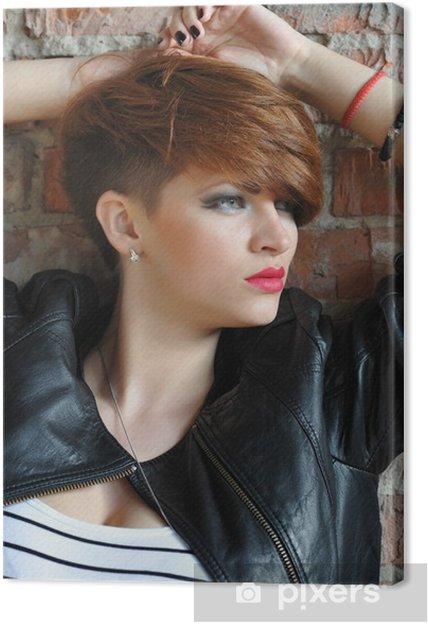 Leinwandbild Modeporträt einer Schönheit, die nahe Backsteinmauer aufwirft - Gefühle, Emotionen und Geisteshaltung