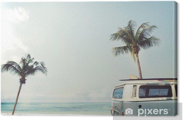 Leinwandbild Oldtimer auf dem tropischen Strand geparkt (Meer) mit einem Surfbrett auf dem Dach - Urlaubsreise im Sommer - Hobbys und Freizeit