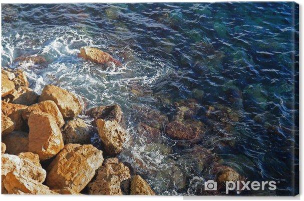 Leinwandbild Schlagen Wellen gegen die Küstenfelsen - Wasser