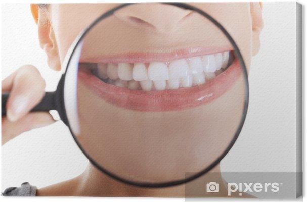 Leinwandbild Schöne Frau mit Lupe zeigt ihre perfekte weiße - Gesundheit & Medizin