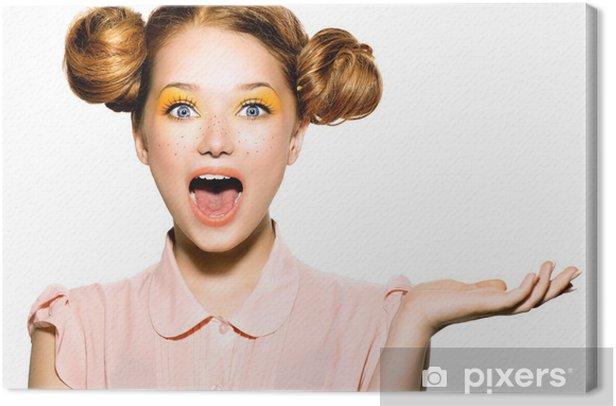 Leinwandbild Schöne fröhliche Teenager-Mädchen mit Sommersprossen und gelb Make-up - Teenager