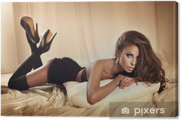 60ef0052f52 Leinwandbild Sinnliche Brünette Frau posiert im Bett • Pixers® - Wir ...