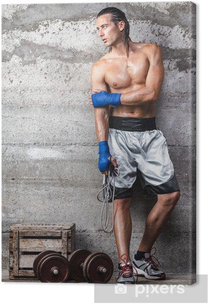 d22575b3 Lerretsbilde Attraktiv bokser mann som står på veggen og ser til side -
