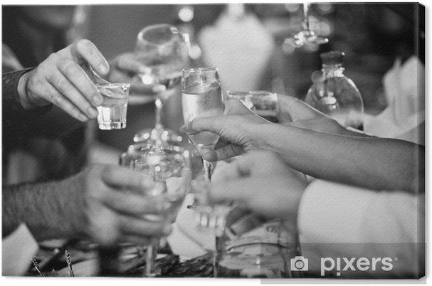 8ac96fa6cc27 Lerretsbilde Bilde av hender clinking briller med vodka på fest - Tilbehør