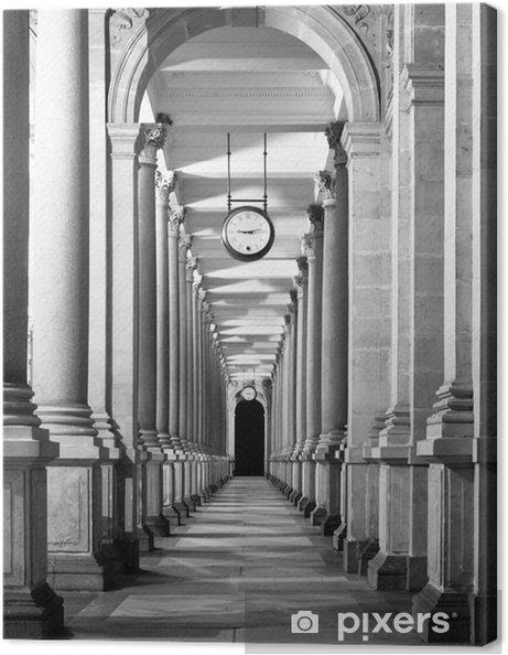 Lerretsbilde Lang colonnafe korridor med kolonner og klokke hengende fra tak. Klosterperspektiv. . Svart og hvitt bilde. - Bygg og Arkitektur