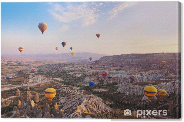 Obraz na plátně Horkovzdušný balón letí přes Kappadokie Turecko - Prázdniny