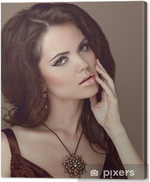 c99477a25805 Obraz Krásná žena s kudrnatými vlasy a večerní make-up. Šperky a na plátně