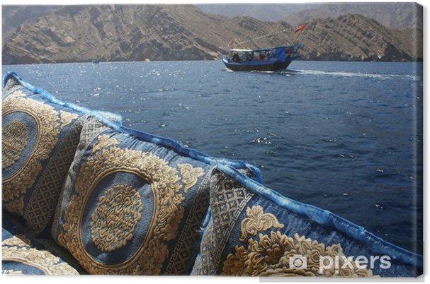 Obraz na plátně Vyšívané polštáře a plavba v Ománu vodách - Střední Východ