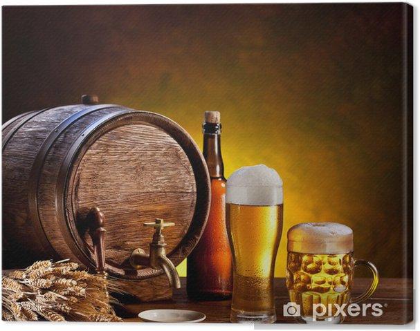 Obraz na płótnie Beczka piwa z okularami piwa na drewnianym stole. - Do restauracji