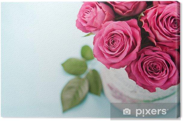 Obraz na płótnie Bukiet z pięknych róż na jasnoniebieskim tle. - Świętowanie