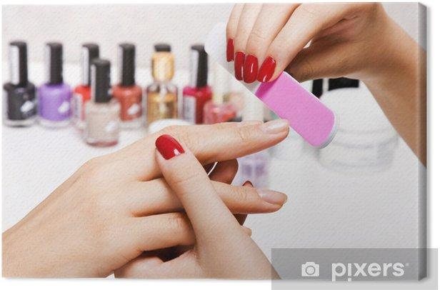 Obraz na płótnie Delikatna pielęgnacja paznokci w salonie kosmetycznym - Uroda i pielęgnacja ciała
