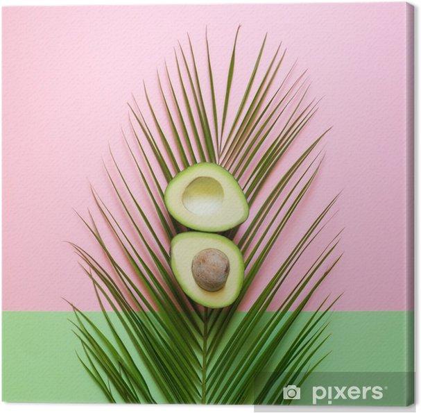 Obraz na płótnie Dojrzałe awokado na liści palmowych na kolorowym tle. minimalna koncepcja - Jedzenie