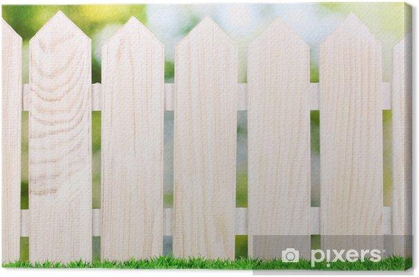 Obraz na płótnie Drewniany płot i trawa zielona na jasnym tle. - Rolnictwo