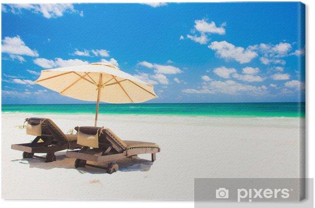 Obraz na płótnie Dwa leżaki i parasol na piasku plaży. ferie - Sytuacje biznesowe