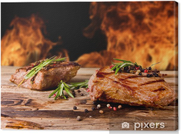 Obraz na płótnie Grillowane steki wołowe z płomieni na tle - Mięso