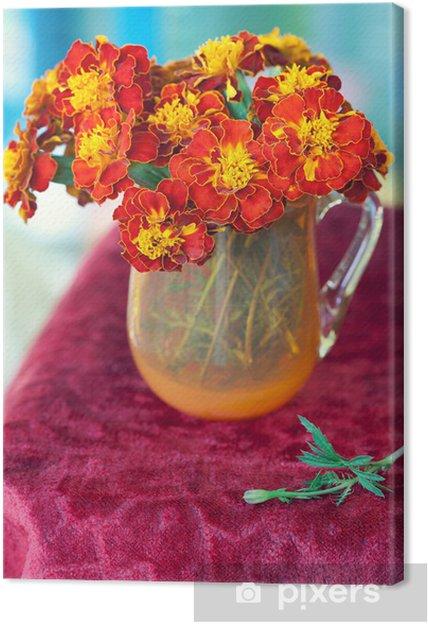 Obraz Na Płótnie Jaskrawoczerwone Kwiaty Kaczeńce W Wazonie Na Stole