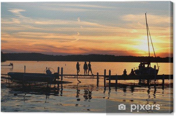 Obraz na płótnie Letni zachód słońca nad jeziorem. krajobraz z złoty zachód słońca i sylwetki ludzi korzystających piękny wieczór na mendota molo jezioro w mieście madison, wisconsin, Stany Zjednoczone Ameryki. - Krajobrazy