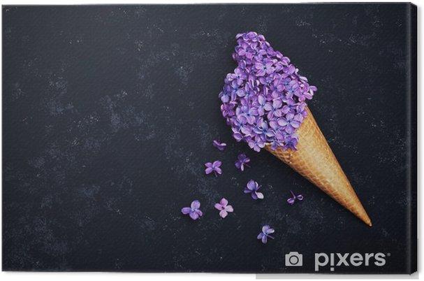 Obraz na płótnie Lody z kwiatów bzu w wafel stożka na czarnym tle z góry, piękny kwiatowy układ, kolor, rocznik płaskim lay stylizacji - Rośliny i kwiaty