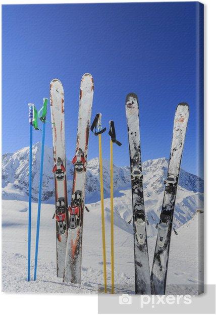 Obraz na płótnie Narty, góry i sprzęt narciarski na stoku narciarskim - Tematy