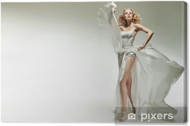 Obraz na płótnie Piękna blondynka stwarzających na białym tle - Kobiety
