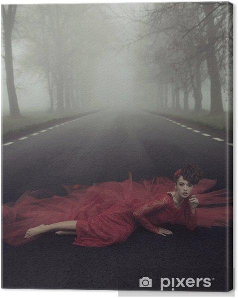 Obraz na płótnie Piękna elegancka kobieta na wiejskiej drodze - Kobiety