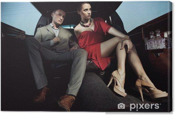 Obraz na płótnie Piękna para siedzi w limuzynie - Pary