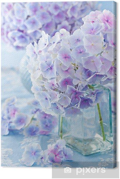 Obraz na płótnie Piękne hortensja kwiaty w wazonie na niebieskim tle. - Kwiaty