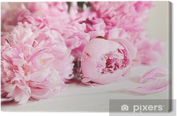 Obraz na płótnie Różowe kwiaty piwonii na powierzchni drewna - Style