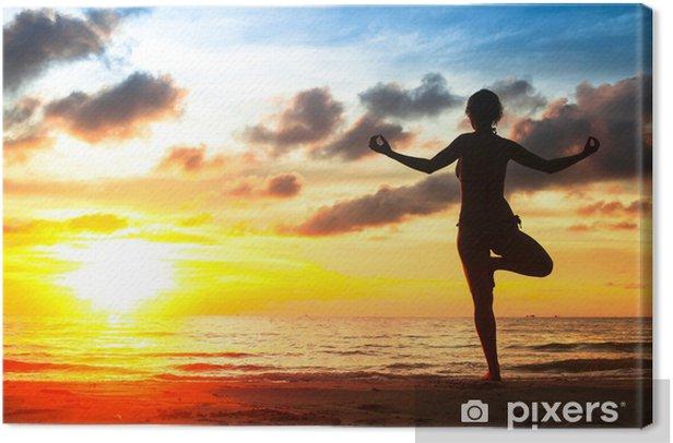 Obraz na płótnie Silhouette młoda kobieta uprawiania jogi na plaży o zachodzie słońca - Zdrowie