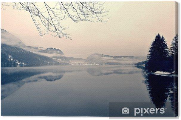 Obraz na płótnie Snowy zimowy krajobraz nad jeziorem w czerni i bieli. Obraz monochromatyczny filtrowany w stylu retro, vintage z miękki, czerwony filtr i trochę hałasu; nostalgiczna koncepcja zimowym. Jezioro Bohinj, Słowenia. - Krajobrazy