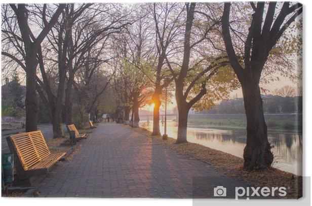 Obraz na płótnie Uliczka w pobliżu rzeki o wschodzie słońca - Pory roku