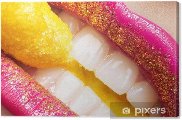 Obraz na płótnie Uśmiech z makijażu mody, białe zęby i słodycze wakacje - Tematy