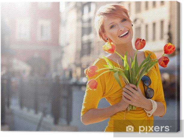 Obraz na płótnie Uśmiechnięta kobieta z bukietem kwiatów - Uroda i pielęgnacja ciała