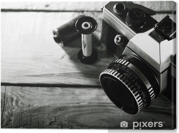 Obraz na płótnie Vintage 35 mm aparat fotograficzny folia na drewniane biurko - Sztuka i twórczość