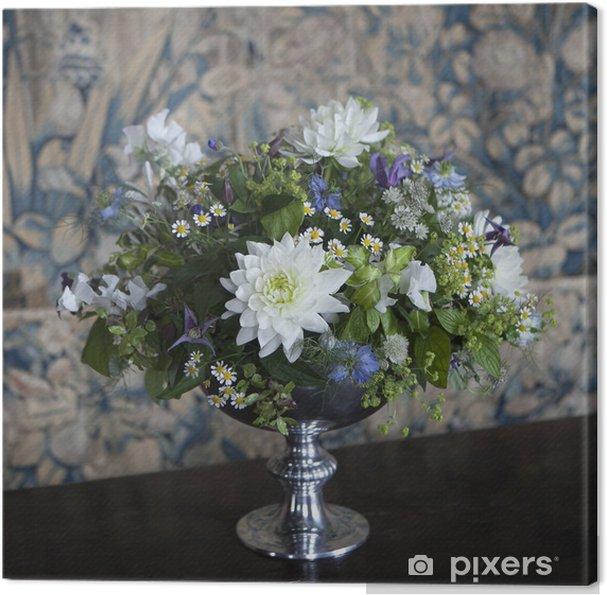 Obraz na płótnie Wazon z białym chryzantemy na drewnianym tle - Kwiaty