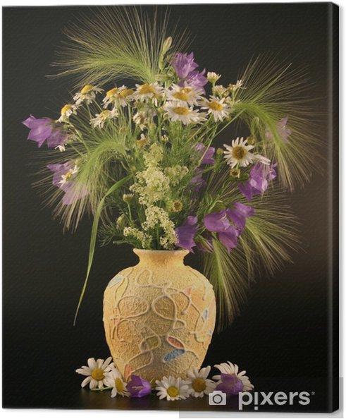 Obraz na płótnie Wazon z bukietami polnych kwiatów. - Kwiaty