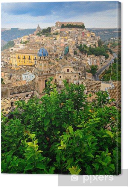 Obraz na płótnie Widok pięknej miejscowości Ragusa z zielonego drzewa na pierwszym planie - Europa